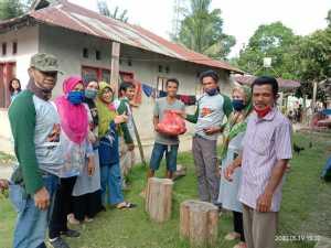 Peduli Terhadap Sesama, Alumni MTsN Konawe Bagikan Puluhan Paket Sembako di Dua Kecamatan
